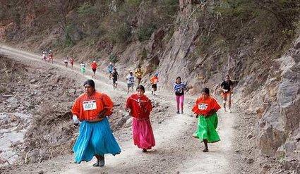 Indígenas en sandalias y traje regional ganan una ultramaratón a corredores profesionales