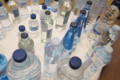 El escandaloso negocio del agua embotellada