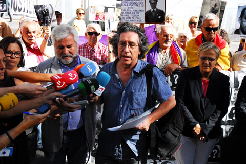 Miembros de la Plataforma por la Comisión de la Verdad en la concentración celebrada este jueves ante el Congreso de los Diputados. Foto: Fernando Olmeda