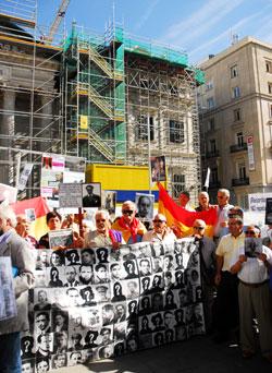 Miembros de la Plataforma por la Comisión de la Verdad frente al Congreso. Fotos: Fernando Olmeda