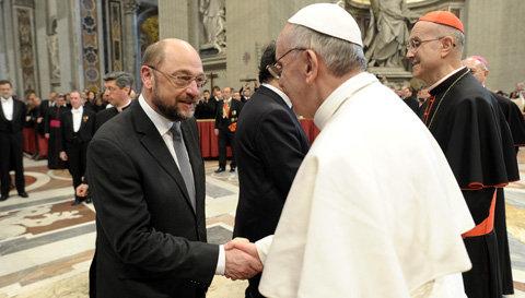 El Presidente del Parlamento Europeo, Martin Schulz, y el Papa Francisco, durante la misa inaugural en la basílica de San Pedro. © L'Osservatore Romano - Vaticano.
