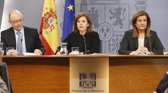 La vicepresidenta del Gobierno, Soraya Sáenz de Santamaría, el ministro de Hacienda, Cristóbal Montoro, y la ministra de Empleo, Fátima Báñez, en la rueda de prensa posterior al Consejo de Ministros