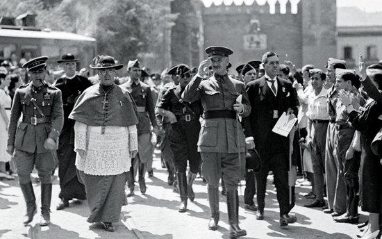 Gonzalo Queipo de Llano y Sierra con la La Basílica de la Macarena al fondo