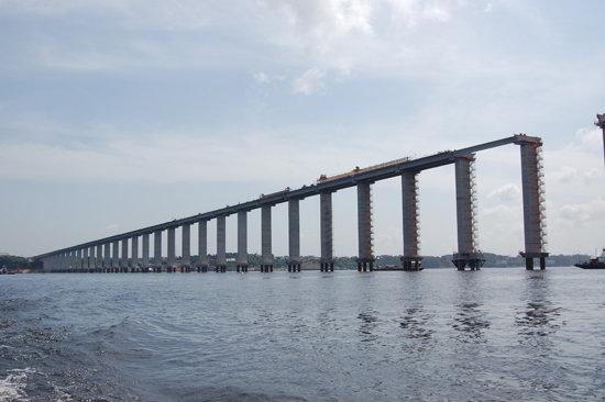 Acueducto en Brasil sobre el Río Negro.