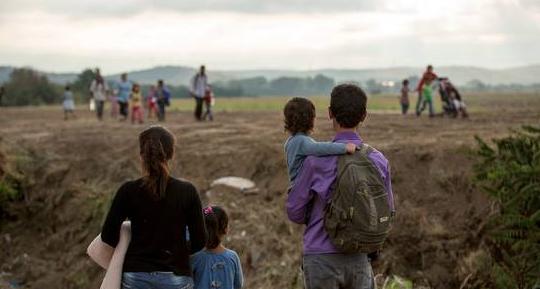 Personas refugiadas y migrantes sirias caminan hacia la frontera con Macedonia cerca del pueblo de Idomeni, Grecia | Richard Burton