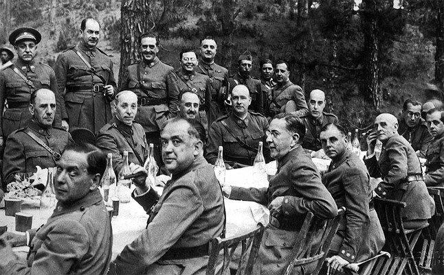 Foto tomada en Tenerife a principios de julio de 1936, de una comida celebrada por los jefes y oficiales de las Guarniciones de Canarias, bajo la presidencia del comandante general de Canarias, Francisco Franco