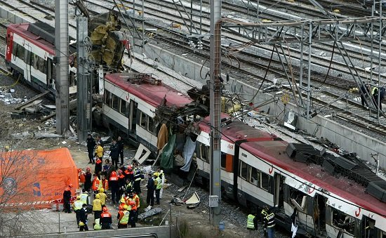 Rescue workers lift  a body bag containing the body of a bomb victim from a train about one kilometer outside the main train station in Madrid, March 11, 2004.  Ten simultaneous explosions killed 182 people on packed Madrid commuter trains on Thursday in Europe's bloodiest attack for more than 15 years.                     REUTERS/Kai Pfaffenbach