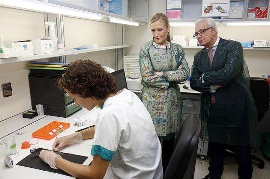 Cifuentes y el consejero de Sanidad, Jesús Sánchez Martos, durante una visita al Hospital Gregorio Marañón.