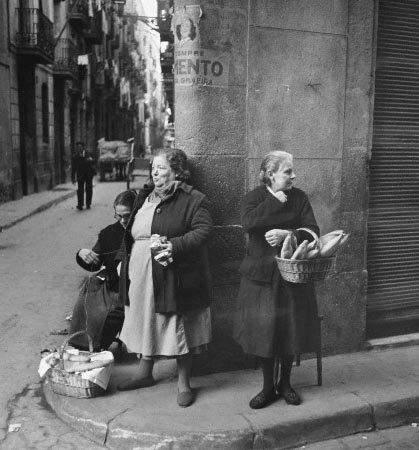 Corbis-HU010688 (Black Market Bread For Sale After General Strike in Barcelona, 1951)(1)
