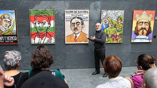 José Ramón Urtasun, el pasado mes de abril en el Parlamento, durante una de las visitas guiadas a su exposición 'Navarra 1936'. (Bergasa). (Imagen: http://exposicionnavarra1936.blogspot.com.es/)
