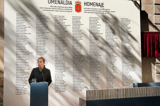 La Presidenta Barkos lee su discurso ante el panel con los nombres de las personas represaliadas. (Acto celebrado el 10 de septiembre en Navarra. Foto: Gobierno de Navarra).