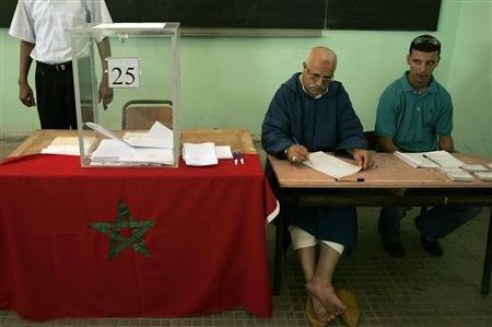 Dans un bureau de vote de Salé, près de Rabat. Le nouveau Parti authenticité et modernité (Pam), fondé par des partisans du roi Mohamed VI, est en tête aux élections communales au Maroc, selon des résultats officiels préliminaires. /Photo prise le 12 juin/REUTERS/Rafael Marchante