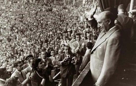 Franco, aclamado en la Plaza de Toros de Barcelona en 1951. (Foto: Seminariofascismo)