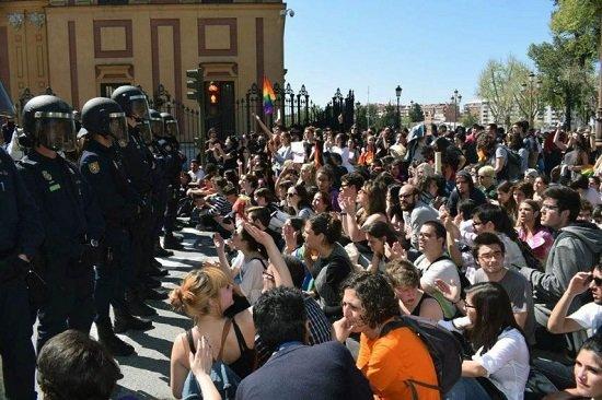 Imagen de la protesta en Sevilla. (Foto: Raúl Solís)