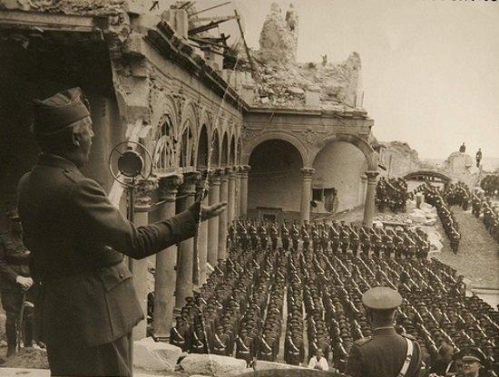 Franco se dirige a sus tropas en el Alcázar de Toledo tras el Asedio de 1936. (Imagen tomada del blog Toledo Olvidado)