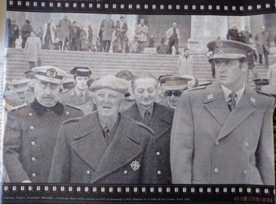 Franco, con el entonces futuro rey Juan Carlos durante una visita a la tumba de José Antonio en Cuelgamuros en 1972. Les acompañan en segunda línea Carrero Blanco y Torcuato Fernández-Miranda.