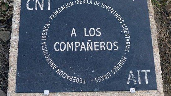 Placa en recuerdo de las víctimas en el campo de concentración de Los Almendros en Alicante.