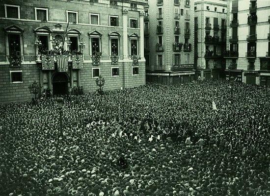 Proclamación de la Segunda República en la plaza de San Jaime de Barcelona.