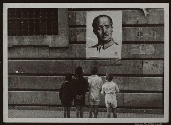 Niños mirando un cartel con la imagen del dictador Francisco Franco. Biblioteca Digital Hispánica - BNE, CC BY-NC-SA Enrique Javier Díez Gutiérrez, Universidad de León