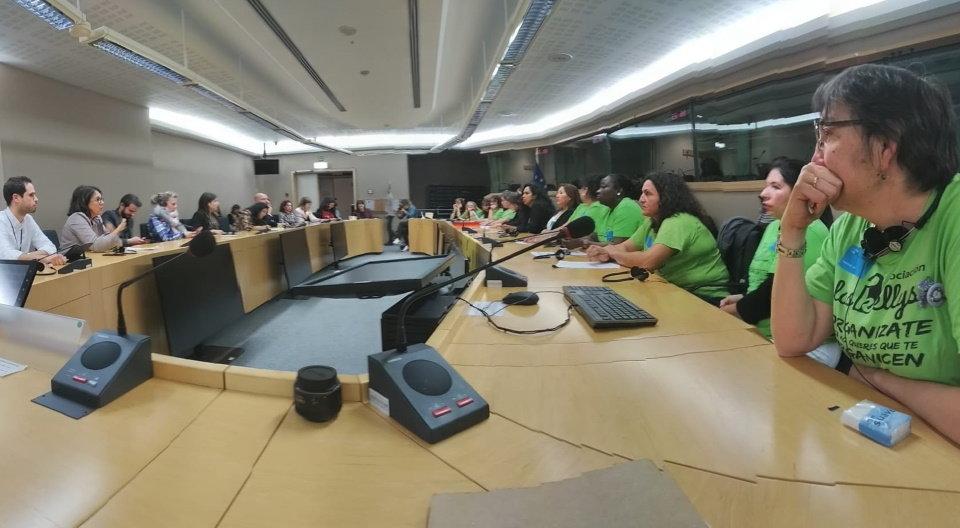 Las Kellys en su encuentro con europarlamentarios. (Imágenes facilitadas por el abogado Alejandro García)