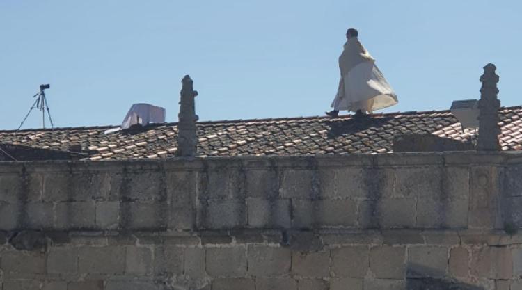 Un cura, en el tejado de la iglesia. Foto Twitter