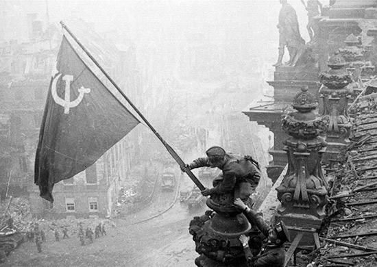 Alzando una bandera sobre el Reichstag. Imagen Wikipedia.
