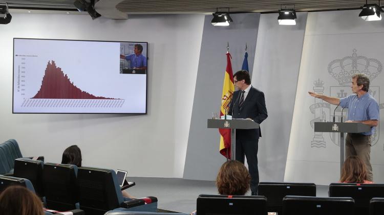 Fernando Simón y Salvador Illa en una rueda de prensa en La Moncloa. (Imagen de archivo)